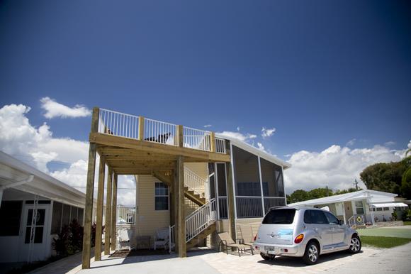 manufacturedhome_deck-florida-home-photocredit-julie-branaman-83degreesmedia-posted-cuttingedge-mhpronews-com-