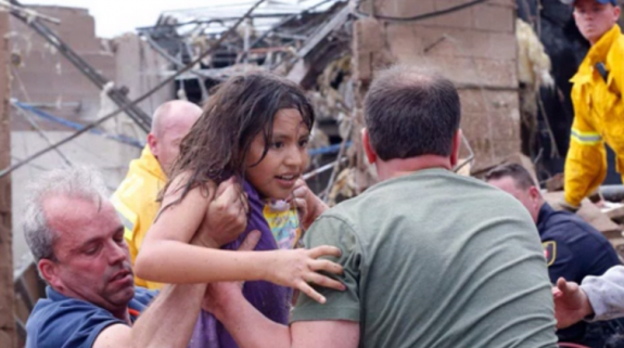 moore-oklahoma-volunteers-first-responders-rescue-child-posted-mhpronews-